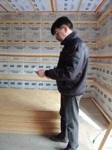 John er i gang med at måle op til skabene i værkstedet