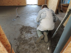 Her er mureren i gang med klaplaget som danner grundlag for anlæggelse af fliser