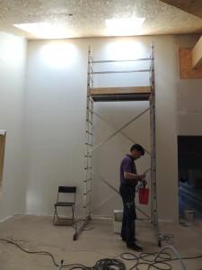 Her er John i gang med at færdiggøre gipsvæggene i storrummet