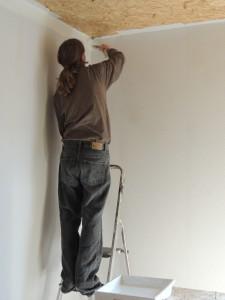 Her er Kalle ved at give en hjælpende hånd med malearbejdet.