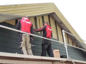 Så er tømrerne i gang med at beklæde huset. Det er med eternit som er vedligeholdelsesfrit. Det er noget dyrere end med almindeligt træ, men til gengæld sparer vi at skulle male udvendigt.